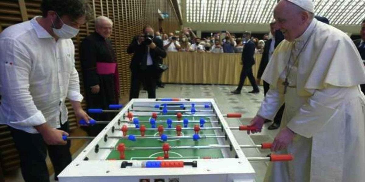 Il Papa gioca a biliardino con un fedele in Sala Nervi. Foto © Vatican Media
